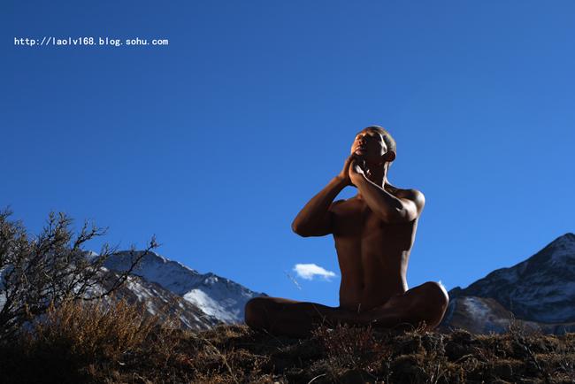 天体瑜伽,是瑜伽术追求人与自然的高度合一的一种修炼形式.