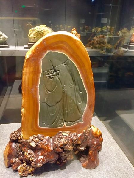 馆内有个馆都是玉石雕刻,对着两个老头的印象尤为深刻,看着