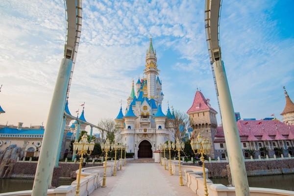 梦幻世界,神秘大陆,冒险之旅,欢乐广场,传奇岛六大主题区,共设有30余