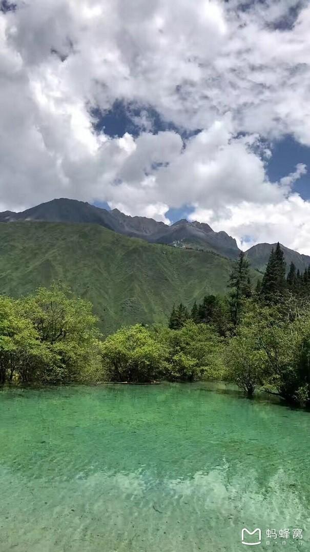 一路下山,风景特美 离开黄龙到九寨路途并不算遥远(车程两个半小时)