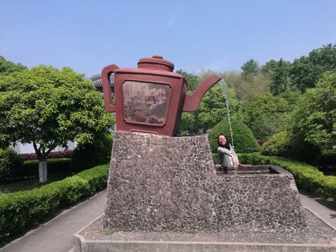 祖圣境位于宜兴市区的金塘山中,由原来的慕蠡洞扩建而成,与著名的竹海