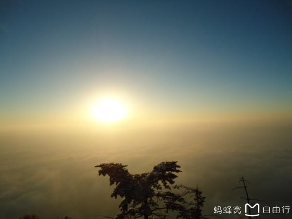 阳光打在山背景素材