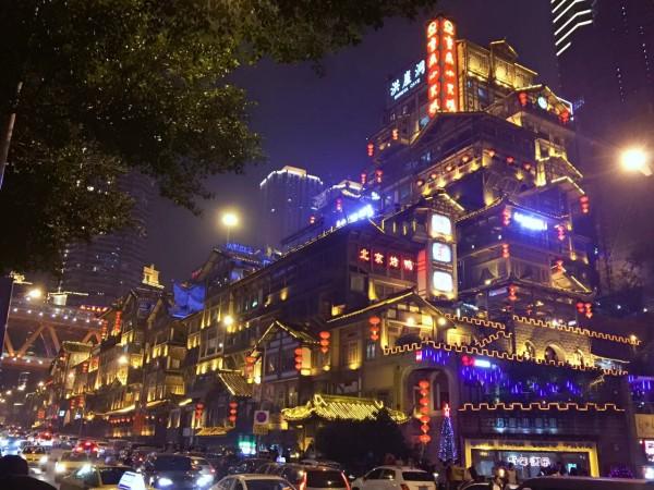 景点: 重庆都被大家称作小香港,因为这座城市的城市结构很漂亮。大家去重庆的时候会发现,楼房全都是建在山上,所以重庆人没有几个胖的,因此重庆也被称作山城。当然一些自然环境的影响,重庆也叫做雾都、火炉。下面先给大家介绍几个这次我和大宝贝去过的地方!  解放碑 到解放碑其实很容易。到轨道交通1号线或者2号线在较场口站下就到了。解放碑就是重庆的市中心,碑是当年蒋介石修建的。在这里你可以吃到很多好吃的,也有很多国际大牌,你会瞬间感觉到大都市的感觉。  来,自拍呀  2017!我们要在一起哦