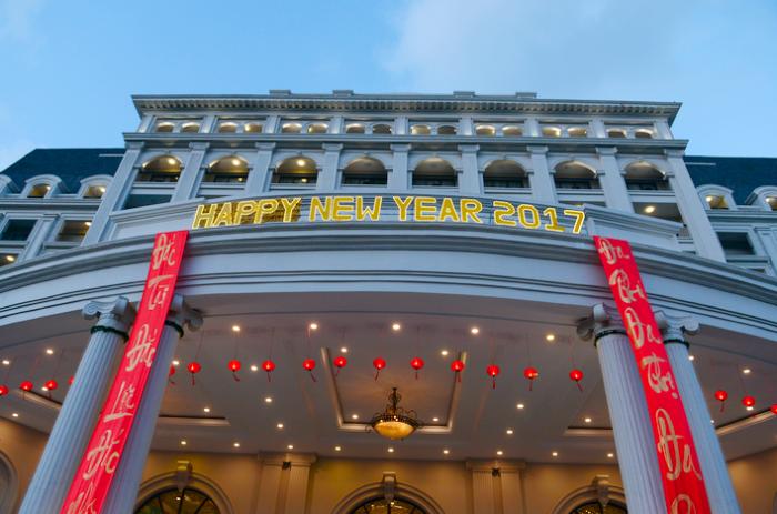 富豪酒店第一名。在一部名为亚洲天堂的系列纪录片中,有专门介绍这家酒店的一集视频。返朴归真的环境设计、隐居般清静的生活,是其最大卖点。 城东海岛度假村:珍珠岛和汉潭岛。 珍珠岛是由越南珍珠集团开发,岛上有越南最大的游乐园---珍珠岛乐园,是孩子们的天堂。乐园含跨海缆车、大型游乐设备、水上世界、水族馆、激光音乐喷泉、海豚表演、4D电影院、电玩、沙滩、海上运动于一体,实行一票制。珍珠岛上有4个五星级的珍珠酒店。按店名和消费价格分为普通五星和豪华五星两个档次。每个珍珠酒店另有泳池、沙滩、SPA店、球场等娱乐设施