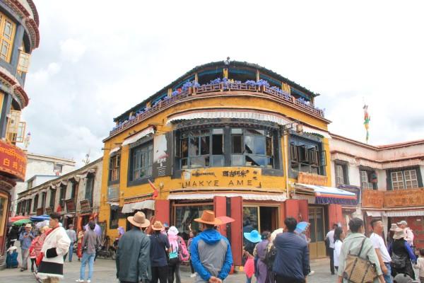 餐厅带有浓郁的藏式风格,二楼有藏族歌手在吧台献演节目,客人以外国图片