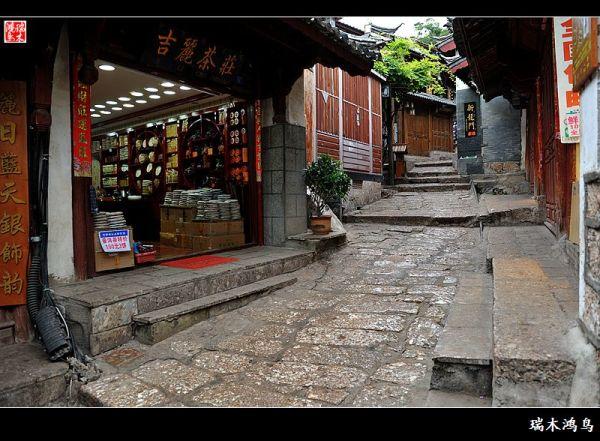 環游香格里拉大環線,告別了美麗的香格里拉后,麗江古城是必經之路,因此也成就了此次西行,即有夜游世界文化遺產平遙古城的經歷,又有再次牽手世界文化遺產麗江古城的機緣。麗江古城,又名大研古鎮。對于麗江的旅行,各人有各人的玩法,在這里就不班門弄斧了!來到這里就是要體驗一個字慢,逃離都市的喧囂,靜下心來,融入到波瀾不驚的慢生活里。再次踏進麗江古城的第一個感覺是驚嘆!沒想到原來擁擠紛雜的古鎮除了木府需要收費參觀外其余的都是免費的古城,如今這方凈土也開始向錢看,到處設卡收費,一種此樹是我栽、此路由我開,要想進
