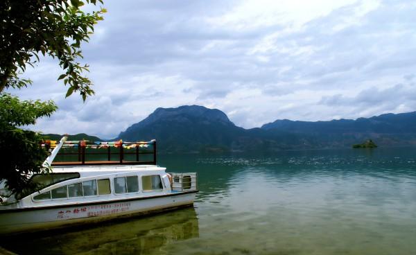 泸沽湖 游记           美女眺望的小岛叫里务比岛,后边的半岛就是