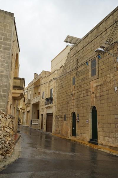 阿拉伯风格的土黄色二层小楼配合欧式古典装饰设计是gozo岛上建筑的