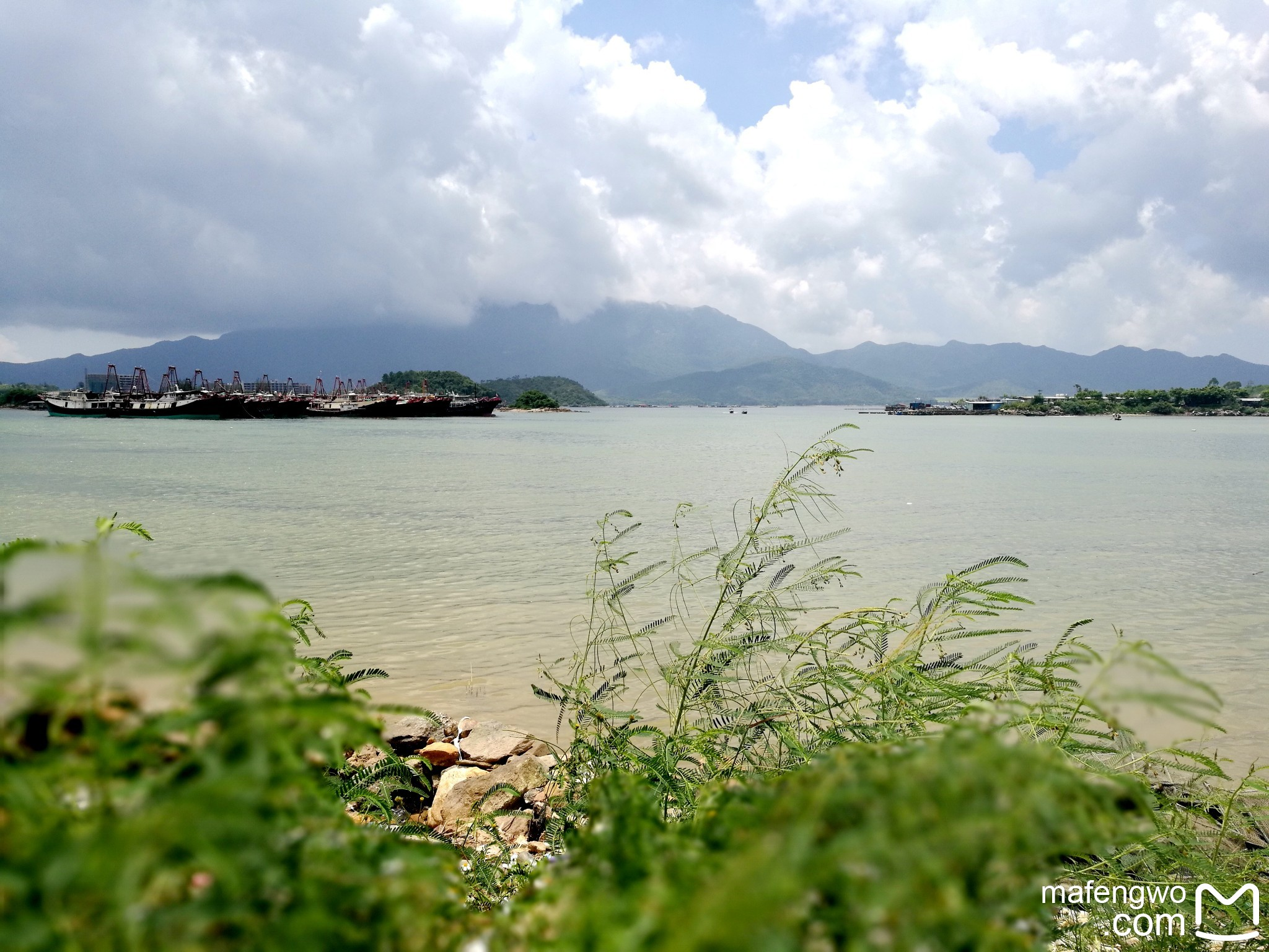 观澜湖度假 观澜湖休闲旅游度假区,产业集群跨越香港、深圳、东莞、海口及云南,是集运动、商务、养生、旅游、会议、文化、美食、购物、居住等为一体的国际休闲旅游度假区。 从1992 年开始,观澜湖集团就选择在深莞交界的20 平方公里荒山野岭,成功发展观澜湖休闲旅游度假区,这里拥有被吉尼斯世界纪录组织认证的世界第一大高尔夫球会的称号,球会内拥有12 个国际锦标级球场,同时也是全球唯一汇聚五大洲风格的球场。同样,作为广东省仅有的三家国家5A 级旅游景区之一,这里拥有坐落于球场中央的五星级度假酒店,度假区以其丰富的