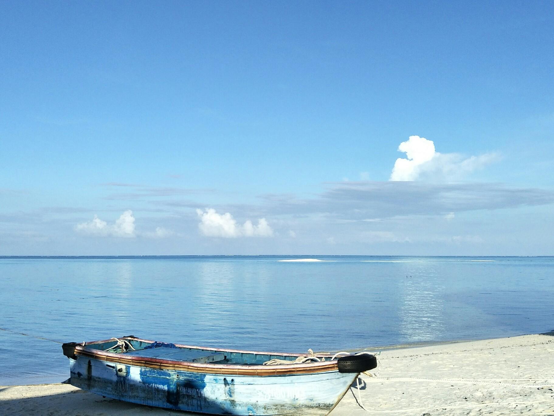 西沙群岛 在海的远处,水是那么蓝,像最美丽的矢车菊的花瓣,同时又是那么清,像最明亮的玻璃。、那里生长着最奇异的树木和植物所有的大鱼、小鱼在这些枝子中间游来游去,就像天空的飞鸟。这是安徒生童话也是对西沙群岛最准确的描写。