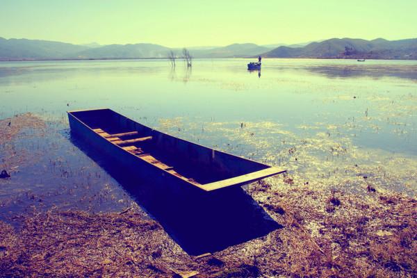 丽江/停靠湖边的小船