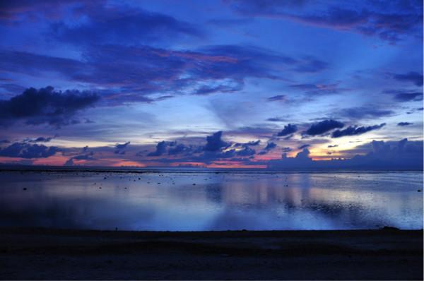 此次行程:2013年2月5日---2013年2月23日 2月5日 长沙-深圳-吉隆坡 动车+亚航 2月6日 吉隆坡-龙目岛-圣吉吉 亚航+蓝鸟的士 2月6日-2月9日 龙目岛 住 sunset house 4晚 2月10日 龙目岛--吉利群岛 公共船 2月10-2月17日 吉利群岛 住 Bale Sampan Bungalow 8晚 2月18日 吉利群岛--巴厘岛sanur--乌布 Fast Boat (super scoot 成人300krb+2岁以上小孩半价,后面我贴了价格和发船时间地点的照片) 2月