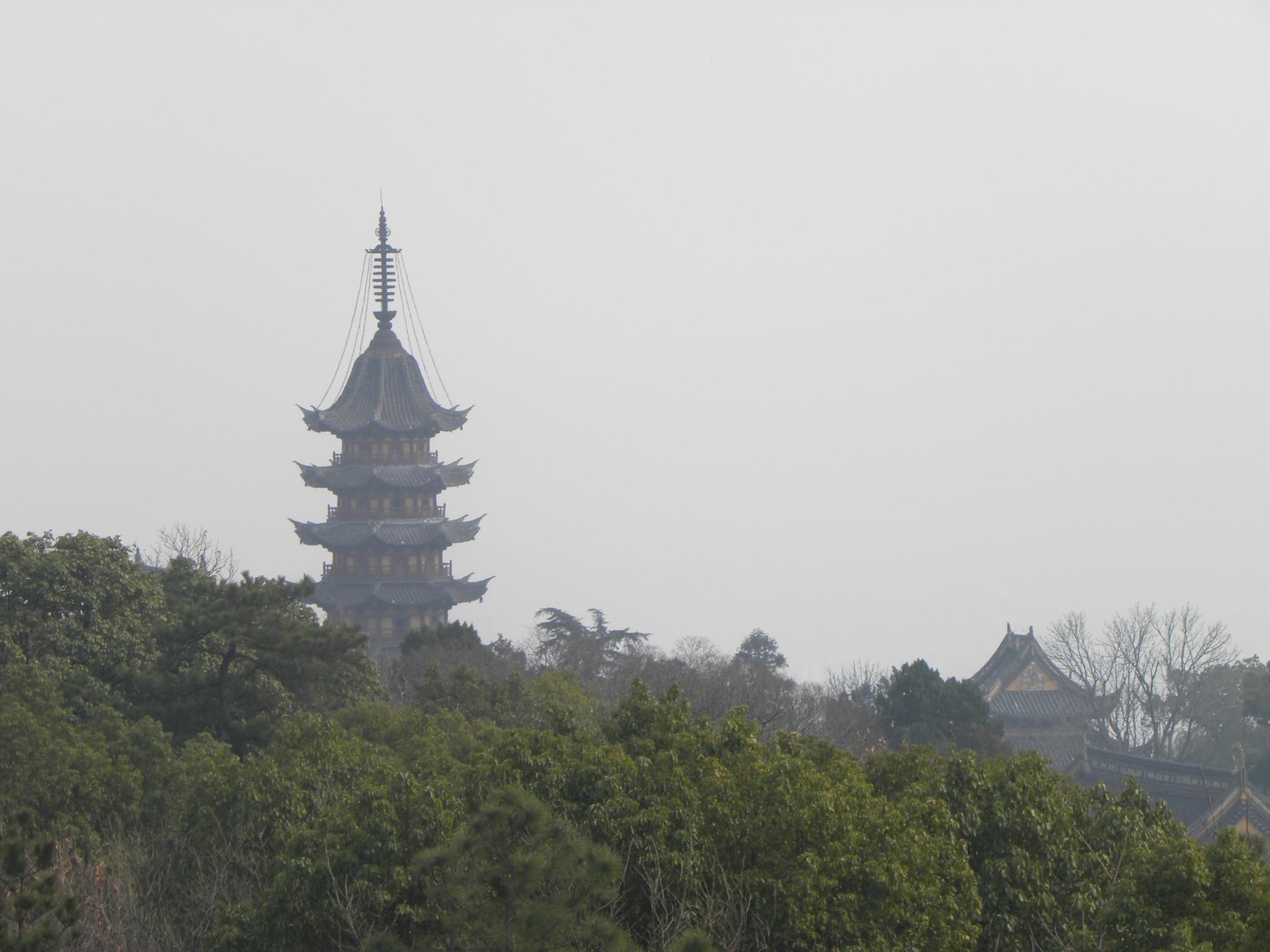 多宝佛塔是木构砖塔,是七级八面的楼阁式宝塔,塔高34米.
