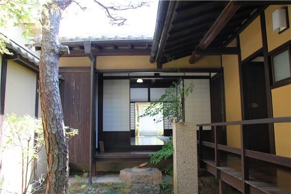 二楼的房间屋顶是全木结构的屋梁,在中间开了个正方形的小天窗,让