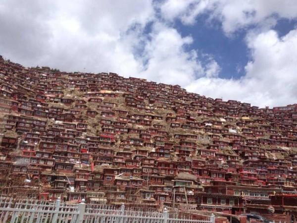 煮饭的大烟囱,霸气.   偷偷的拍了张僧人和红房子   准备徒步下山,