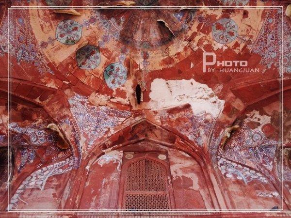 繁复的花纹,精细的雕花,大块的石料,拱顶,都彰显着伊斯兰教的建筑特色