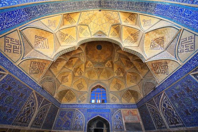 南面建筑的伊万门则有蒙古特色的马赛克花纹以及棱角分明的装饰线条