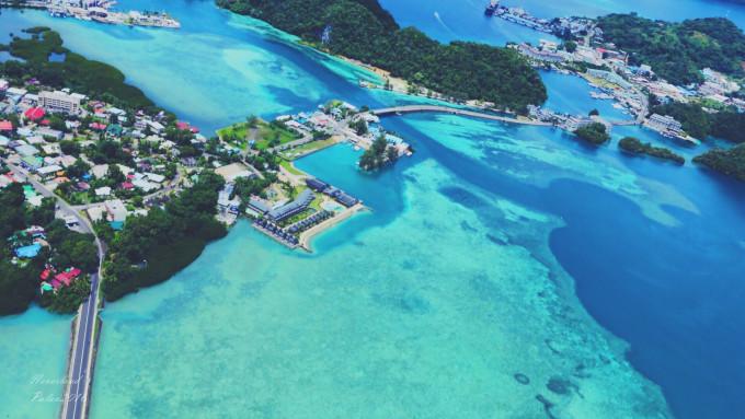 继续往科罗机场飞去. 科罗岛的海水颜色也是丰富的.
