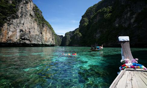 是泰国普吉岛最大的泼水狂欢主题活动旅游景区,在这里我们可以拜佛