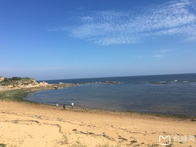 国际海水浴场西边有一个小石岛钓鱼赶海公园,退潮的时候可以在