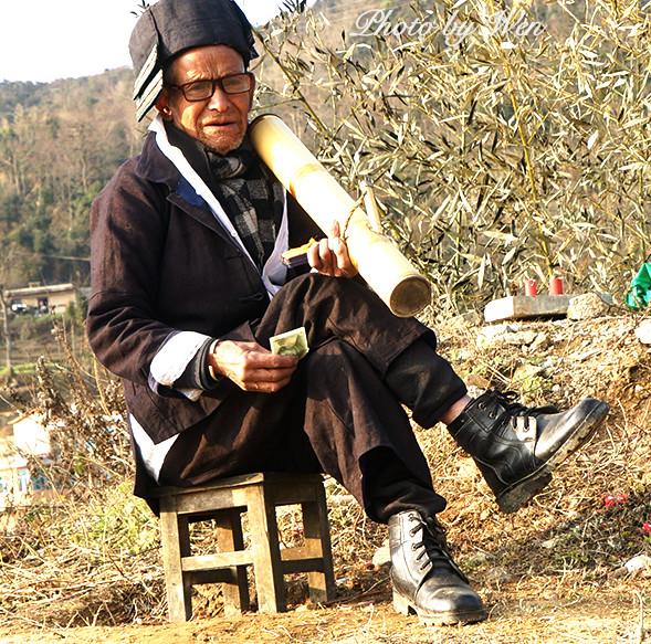 舍老农的艳福_景点路口收钱摆拍的模特老农,无奈地望着只付了半价费用的摄影者的