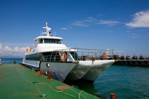 坐船前往蜈支洲岛