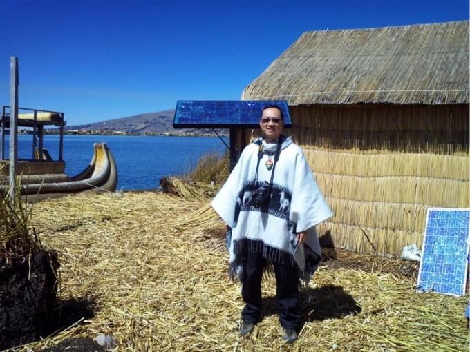 看看背后的太阳能发电装置,浮岛居民的生活也很现代化.