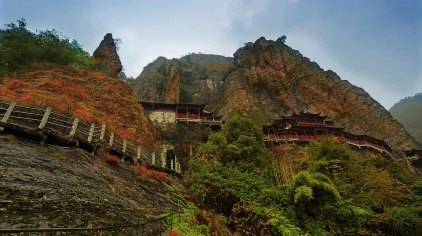 大慈岩地处千岛湖风景名胜区,因供奉地藏王菩萨并显灵一方而闻名于