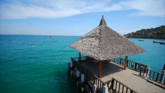 在AO WONG DEAN码头上船,送至罗勇码头; 从罗勇码头上车,送客人回到芭提雅酒店。 沙美岛位于曼谷东南方向的泰国湾,是一座田园风格的岛屿,优美的沙滩小海湾,葱郁的丛林椰树,远离团队的喧闹,是宁静闲适的度假小岛。 沙美岛是离曼谷比较近的海岛,岛上有酒店、餐馆、超市等设施。虽然海岛景观比不了普吉岛和苏梅岛,但是沙美岛的海滩景色也非常不错,拥有全泰美丽的沙滩,在这里,你可以享受较淳朴、低消费、宁静的度假环境。 由曼谷前往沙美岛会途经芭提雅,可以将两地安排在一起,既能享受沙美岛的宁静,又能参加芭提雅的热闹