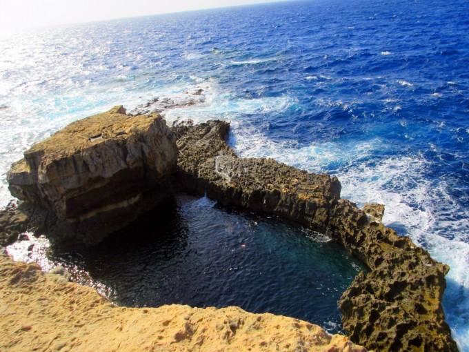 它是戈佐岛乃至整个马耳他的标志性纯天然石拱门.