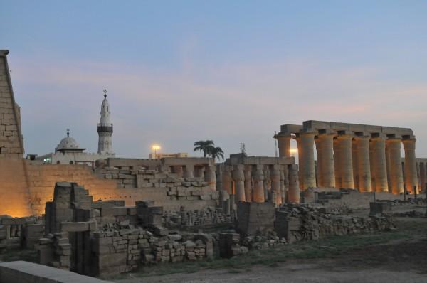 斯遗址之上,由古埃及法老艾米诺菲斯三世建于公元前14世纪,这也是图片