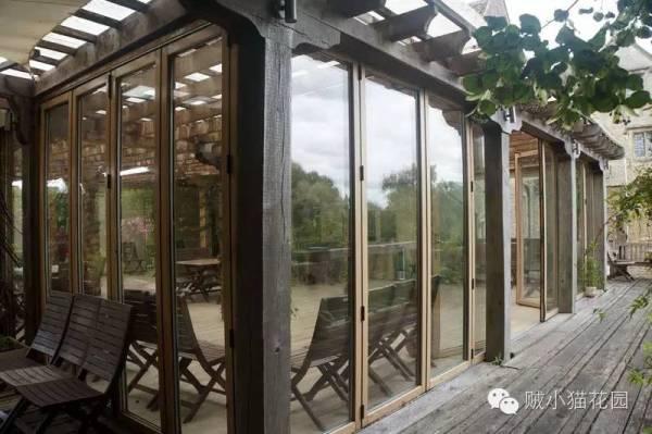 某猫非常喜欢这个栏杆,木头+铁皮+玻璃=原始的材料+现代的材料=很酷