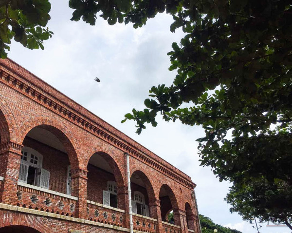 绿树红砖的欧式风格,虽已经经过近代的重修,依然能看到当初的用心.
