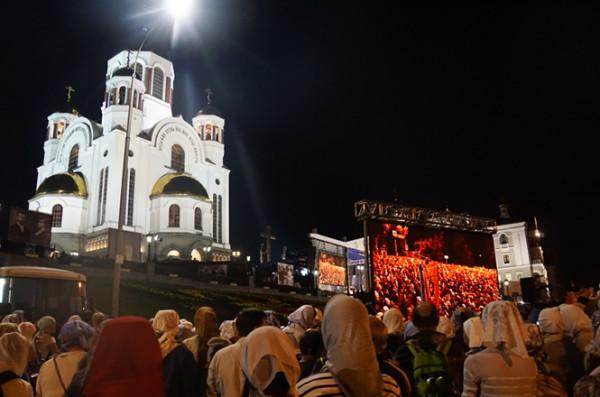 在叶卡捷琳堡旁观沙皇殉难百年祭